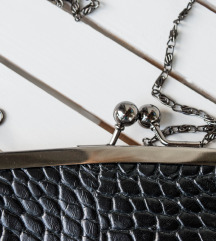 Zenska crna torbica  SNIZENJE 1500 RSD