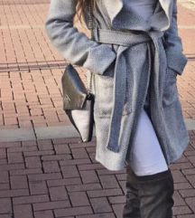 Prelep sivo beli kaput