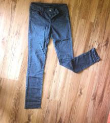 Sive pantalone sa blagim printom
