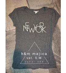 H&M siva majica sa slovima M