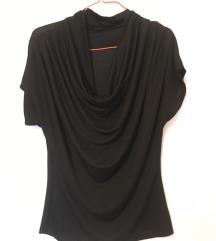 Crna majica sa zanimljivim izrezom