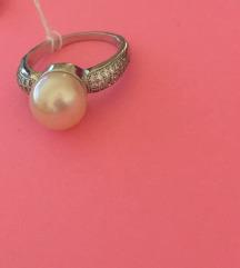 Srebrni prsten sa bež kamenom i cirkonima