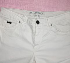 Zara bele pantalone sa felerom