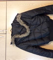 Kratka crna zimska jakna sa kapuljacom