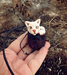 Bela maca u torbici privezak