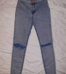 Duboke uske svetle pantalone sa iscepanim kolenima