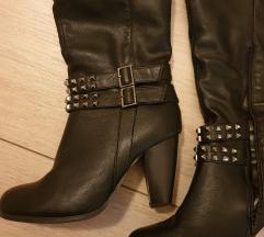 Nove crne cizme sa nitnama