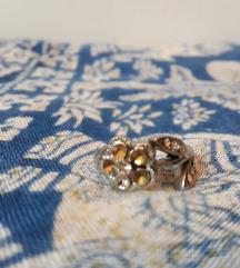 Cvet prsten sa sitnim kristalima