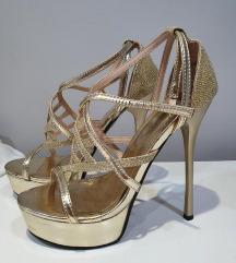 Zlatne sandale na stiklu