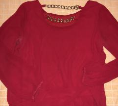 Crvena bluza za zlatnim lancima
