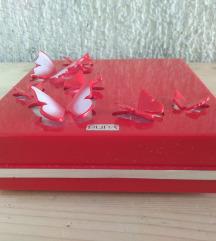 pupa komlet šminke u crvenoj kutiji sa leptirima