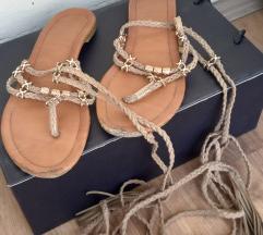 Letnje sandale sa zlatnim ukrasima