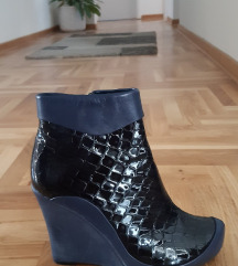 Lakovane kratke čizme