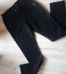 Crne pantalone %