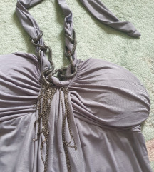 Siva haljina - sa nakitom oko vrata s-m