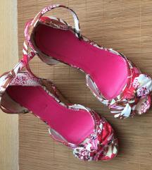 Cvetne sandale na punu petu