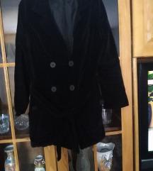 Crni plisani mantil. Prelep