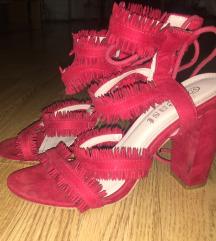 Crvene sandale, štikla