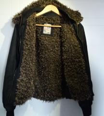 Crna topla jaknica sa krznom