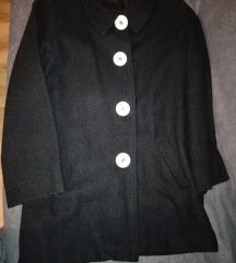 Crni kaput, beli dugmici
