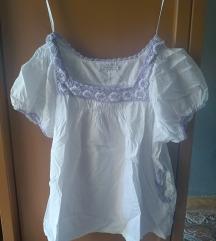 Bela bluza sa ljubicastim detaljimaPrelepo stoji