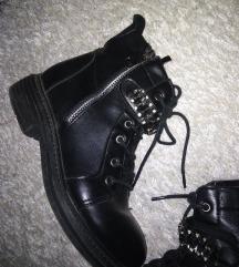 Crne cizme za zimu kao martinke