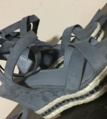 Sandale platforme na pertlanje