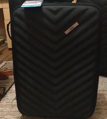 Srednji crni kofer sa silikonskim tockovima