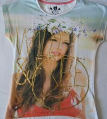 Majica sa devojkom i pis znakom