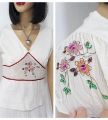 Bela bluza sa cvetovima u Boho fazonu