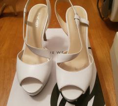 Nove kozne bele sandale na stiklu