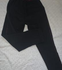 Crne pantalone sa crvenom trakom