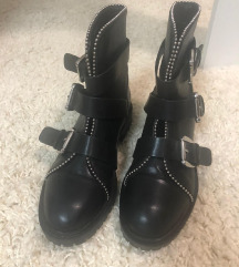 Reserved cizme