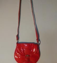 lakovana crvena torbica
