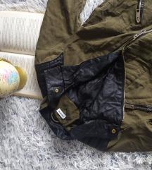 Zelena jakna, u moto stilu.