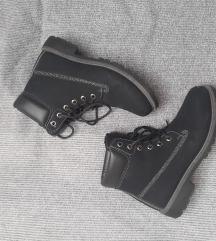 Opposite shoes kanađanke