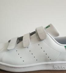 Adidas stan Smith bele sa zelenim na cicak