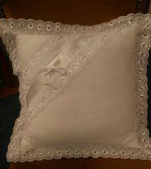 Jastuce sa cipkom od belog veza