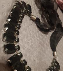 Crna ogrlica sa trakicom
