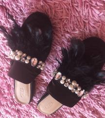 Nove papuce sa perjem iz Kuvajta
