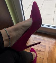 Ciklama cipele na stiklu