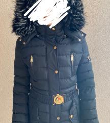 Crna dugačka zimska jakna