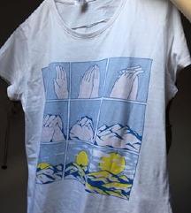 snizenoBela majica sa interesantnim printom NOVO