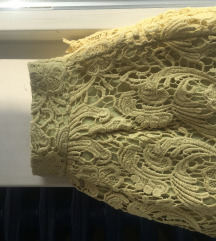 Žuta čipkana suknjica