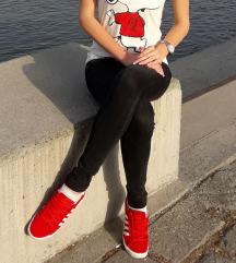 Crvene patike i bela majica sa aplikacijom