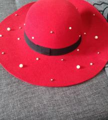 Tamno crveni šešir sa biserima