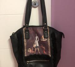 Crna torba sa printom i vestackim krznom