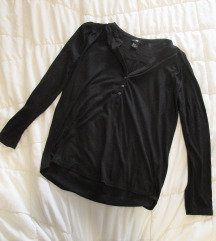48. H&M majica sa dugmićima, crna, V izrez