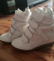 Nove bele patike na platformu
