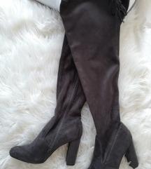 Sive čizme uz nogu